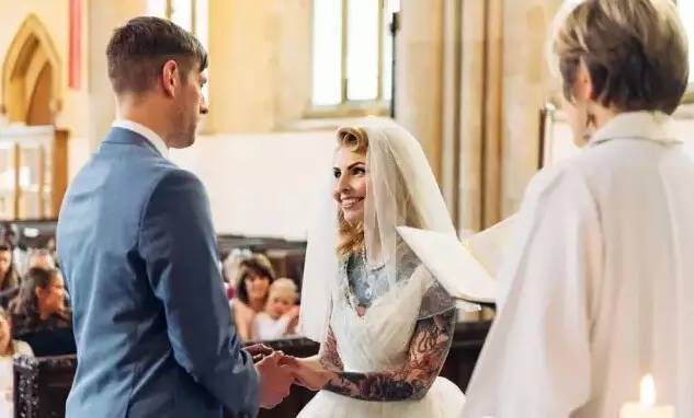纹身爱好者Laura的婚礼