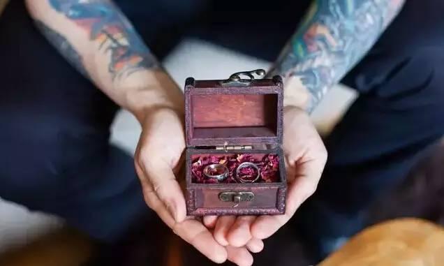 纹身爱好者Marco亲手制作的婚